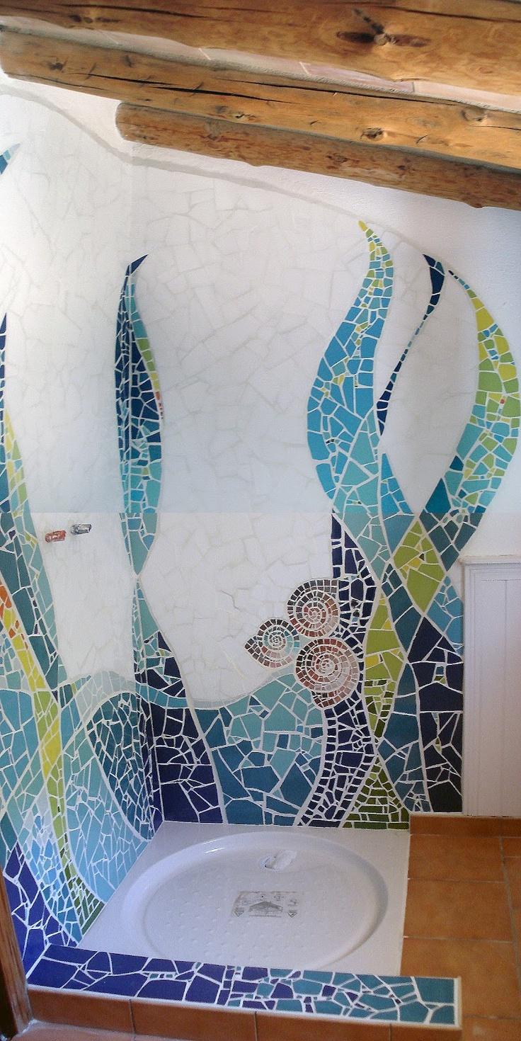 Mosaic shower walls, blues  greens. Maria Serna: decoración de interiores mosaicos