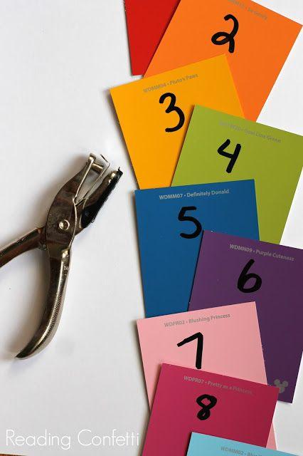I lavori per riconoscimento del numero, il conteggio e la resistenza della mano con questa semplice attività per i bambini che utilizzano i chip di vernice e un pugno di carta