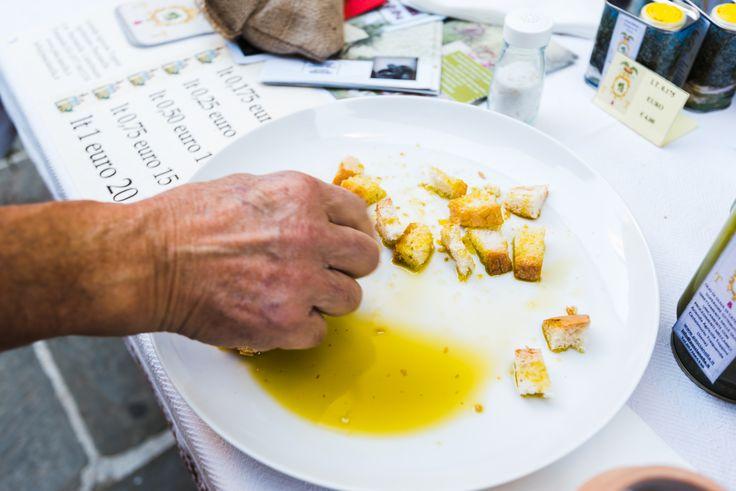 """Quanti di voi conoscono il termine """"nutraceutico""""? Il significato ed il rapporto di questo aggettivo con l'olio, l'ho personalmente imparato durante l'incontro con il dr. Lorenzo Palazzoli che ha spiegato con semplici parole, le bontà curative di un buon """"olio extra vergine di oliva"""". Leggi su http://www.isaporidei30.com/index.php…"""