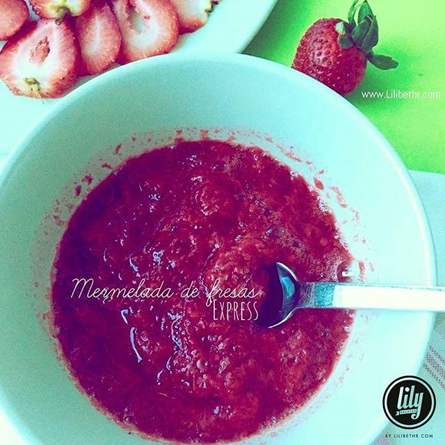 Mermelada express de fresa@recetaslily  Ingredientes: 8 fresas grandes 3 cucharadas de agua 4 sobres de stevia 1 cucharadita de chía (opcional)  Preparación: 1- Limpia las fresas y colócalas en un envase con el agua y llévalas al microondas por 2 minutos. Elimina el sobrante de agua. 2- Conviértelas en puré, agrega la stevia y la chía y mezcla bien. 3- Deja enfriar en el refrigerador pocos minutosy disfruta.  También puedes usar miel y gelatina sin sabor para sustituir la chía.  #Rece...