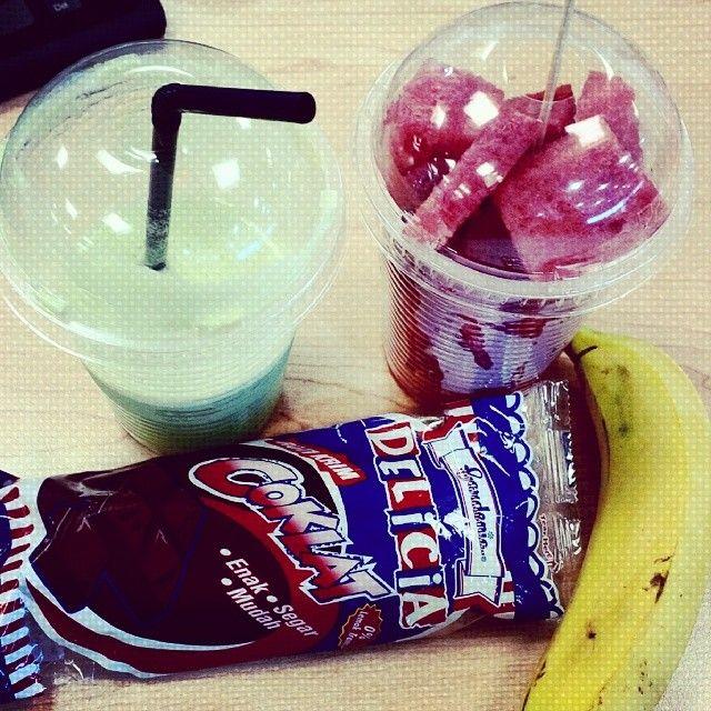 nak kuwus cepat? ni diaaa... bekpes makan pisang, lunch makan roti, ptg minum air epal ijau, malam makan buah... mampooooooouuuuuu>?? lalaalalala... mengikut gambar ni, aku hadap semua sekali masa bekpes... hahahahaha.....