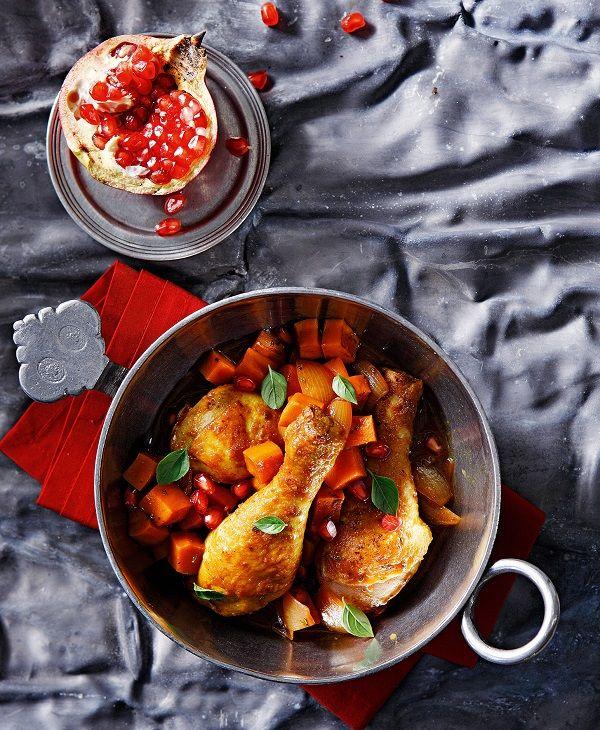 Το σιρόπι ροδιού σε συνδυασμό με τον κουρκουμά δίνουν ξεχωριστή, ethnic γεύση σε αυτό το ήδη νόστιμο μαγειρευτό κατσαρόλας με κοτόπουλο και γλυκοπατάτες, που ταιριάζει πολύ στο καθημερινό σας τραπέζι. Δείτε πώς θα φτιάξετε σπιτικό σιρόπι ροδιού ΕΔΩ. #κοτόπουλο #ρόδι