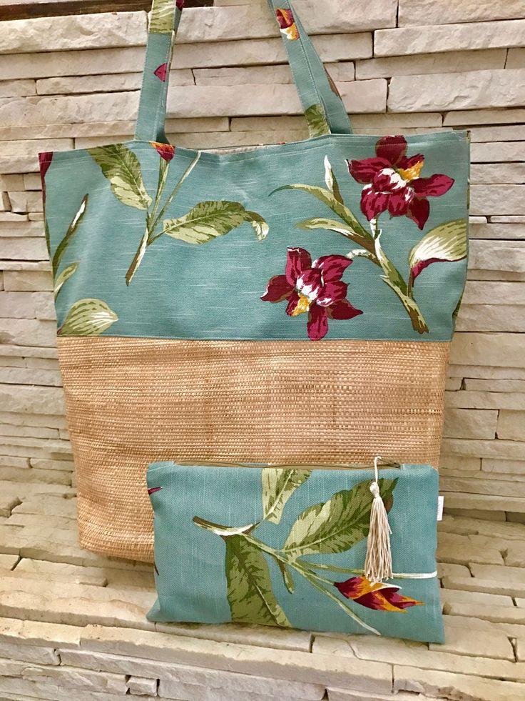 Maxi bag de praia em tecido aqcuablock e palhinha, forrada e com bolso interno. Acompanha a necessaire.