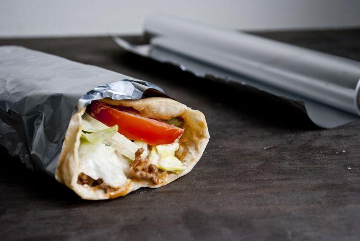 Zelf Turkse pizza maken is helemaal niet lastig. Wel onwijs lekker. Zo maak je zelf simpel in een koekenpan.