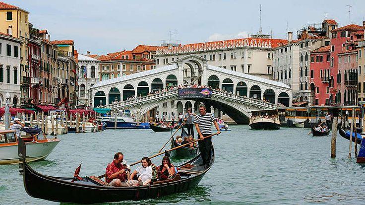 """5. Venedig-Mit """"nur"""" über 400 Brücken ist die italienische Romantik-Metropole bei weitem kein Rekordhalter unter den brückenreichsten Städten Europas. Das romantische Feeling, das Urlauber bei einem Venedig-Besuch erleben, ist aber unvergleichlich. Eine Fahrt mit der Gondel durch den Canal Grande und die vielen kleinen Wasserstraßen, vorbei an den auf Holzpfählen gebauten historischen Gebäuden, vermittelt das Gefühl, als würde das Wasser noch mehr als die über 50 Prozent Fläche der Stadt…"""