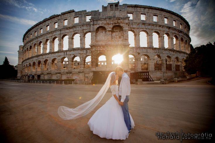 Gréti és Ahmi esküvőjéről készült bejegyzés, tengerparti kreatív fotózással egybekötve.