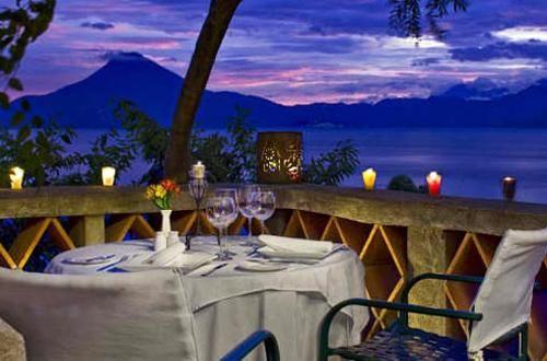 Le cene al tramonto, a strapiombo sul lago circondato da cime vulcaniche temono pochi confronti