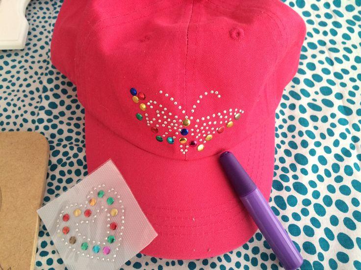 Pipoka Play Kit ¡ERES UNA FASHIONISTA! DECORA TU GORRA. Kit con figuras decorativas y pegante para decorar tu gorra. Juguetes, sorpresas y regalos creativos y didacticos. Para hacer pedidos, escribenos a pipoka@pipokaplaykits.com