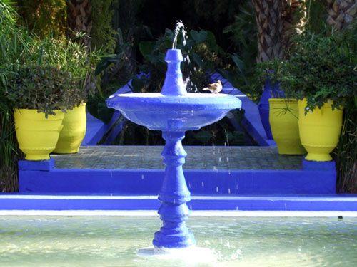 Vögel baden im Springbrunnen
