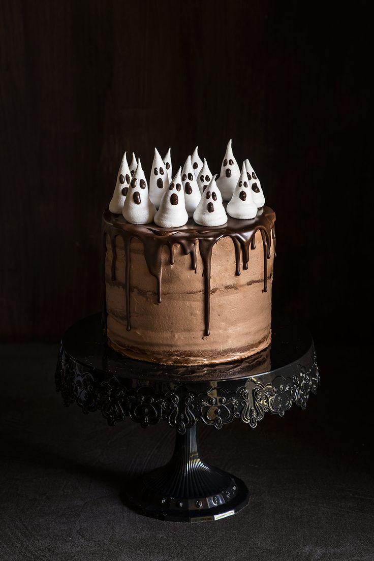 Tarta de capas o layer cake de Halloween con bizcocho de calabaza, crema de calabaza y de chocolate y fantasmas de merengue. Receta paso a paso.