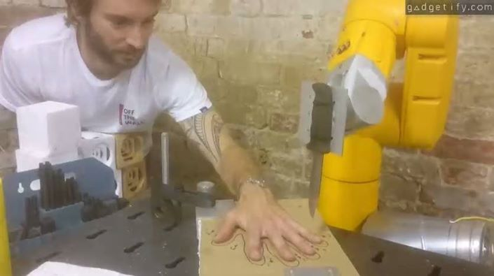 five finger fillet with Staubli TX40 robot 🤖🔪 Are you up for something like this? :) Info: http://www.gadgetify.com/playing-five-finger-fillet-robot/