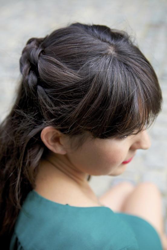 Deze kunstig gevlochten staart ziet er elke keer weer anders uit. Maak met je bovenste haarpartij aan één kant van je hoofd twee vlechten die je naar achteren vlecht. Speld de andere kant losjes vast, samen met de twee vlechten.