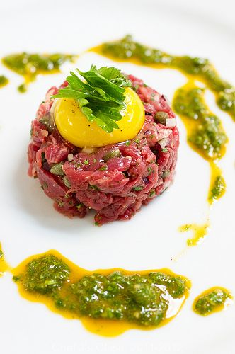 Beef tartar with arugula sauce