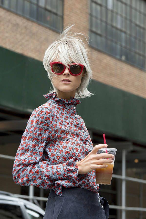 Comment porter des lunettes de soleil rouges ? avec un chemisier col victorien à imprimé fleuri