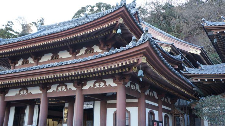 Kamakura (鎌倉市, Kamakura-shi?) est une ville de la préfecture de Kanagawa, au Japon. Le temple Hase -Dera.Il abrite des sculptures de l'ère Muromachi et une effigie de Daikoku-ten, dieu de la richesse. De très nombreuses statues d'enfants occupent plusieurs terrasses, tandis qu'une étrange grotte, avec des sculptures monolithes est située au pied du temple
