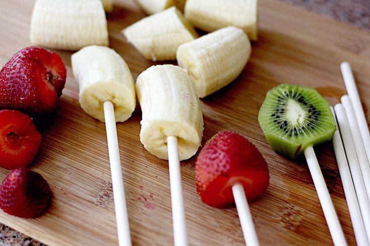 Veja que novidade criativa e deliciosa para incrementar a sua festa:  frutinhas cobertas com chocolate, em espetinhos!
