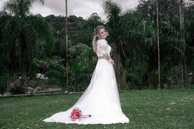Todo o charme de uma noiva country... #hardphotographia #hard2017 #casamento #noiva #bouquet #vestidodenoiva #vestido #wedding #weddingispiration  #love #bota #hair #bridalhair #weddings #countrywedding #bride #nicejob #makingof #bridal #loveit #lovely #countrystyle #passion #building #dress #bridaldress #country #flowers #portrait http://gelinshop.com/ipost/1524646899457791016/?code=BUookbyFRQo