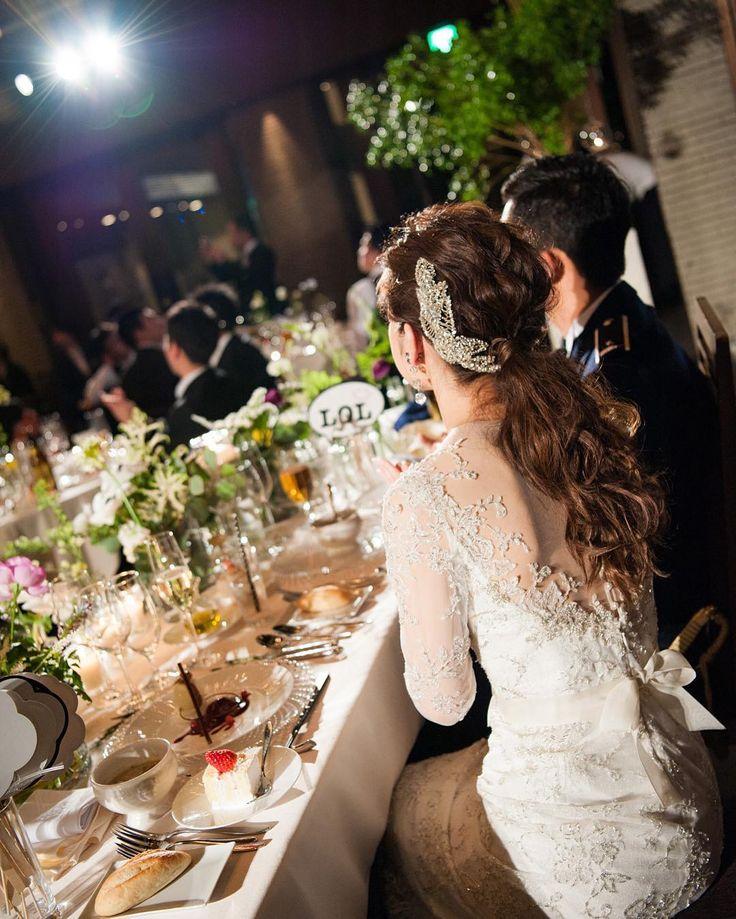wedding report 35 余興を見てるとき 最近はなんだかウェディング熱が下がってきてインテリアやキッチンツールが欲しくて欲しくて どんどん目移りしてしまう でもウェディングの写真みるとやっぱりいいなぁって 夢だったんじゃないかってくらい幸せだったなぁ この写真今見るとデザートまるまる残ってるの食べればよかったなぁなんて笑 #smwedding35 #ミラズウィリンガー #ウェディングドレス #ジェニーパッカム #acacia #ウェディングツリー #星 #星座 #高砂装花 #高砂 #ポニーテール #wedding by mico0305