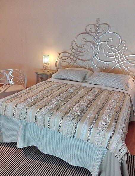 Bellissima handira vintage, la tradizionale coperta nuziale berbera, che può essere usata oltre che come coperta, anche come tappeto, per vestire un divano o appesa al muro per decorare una parete, apportando un tocco di raffinatezza e glamour in ogni ambiente. Realizzata a mano dalle popolazioni berbere dell'Alto Atlante in Marocco, è in lana e cotone e decorata con paillettes in metallo che scintillano e con il movimento producono un dolce suono #globalstyle #morocco #weddingblanket #boho