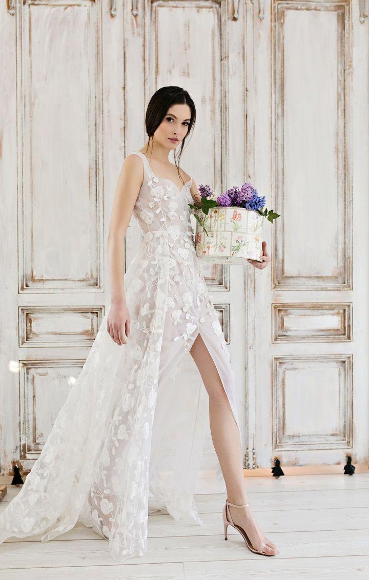Exquisite Wedding Dresses - Front Split wedding dress | itakeyou.co.uk #wedding #weddingdress #weddingdresses #weddinggown #beautifulgown #exquisiteweddingdress