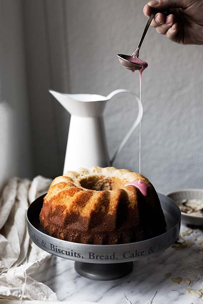 Esponjoso bundt cake de coco con glaseado rosa