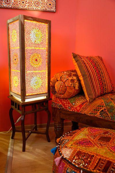 Een mooie houten vloerlamp met glaskralen & mozaïek in rood- oranje met hout unfinished frame. De warmte  straalt je tegemoet naast je bank!