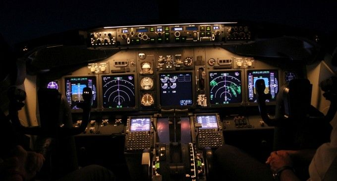 (Video) Aterizarea pe aeroportul Otopeni, noaptea – vedere din cockpit-ul unui 737-800 TAROM