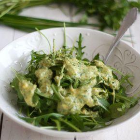 Jak wygląda standardowa sałata zielona po francusku? :) Właśnie tak! Wyjątkowo prosto i smacznie. Ja użyłam rukoli, ale można wykorzystać dowolną ulubioną sałatę. Sos przygotowuje się bardzo szybko, ale ma tak intensywny smak, że nic więcej nie potrzeba oprócz sałaty.