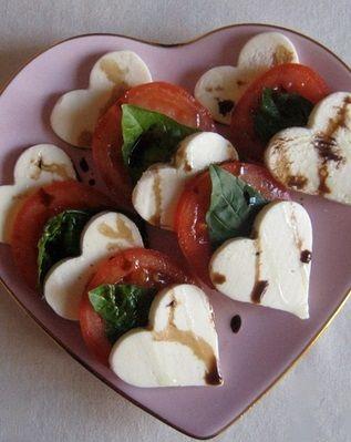 #Rezept für eine Vorspeise am Valentins-Tag: Tomaten-Salat mit Mozarella Herzen (die man z.B. mit einem Plätzchen Ausstecher gestalten kann)