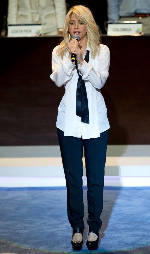Shakira entonó el himno Nacional de Colombia en la instalación de la Cumbre de las Américas.