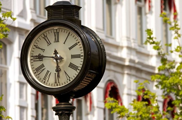 The antique clock in the Stationsstraat
