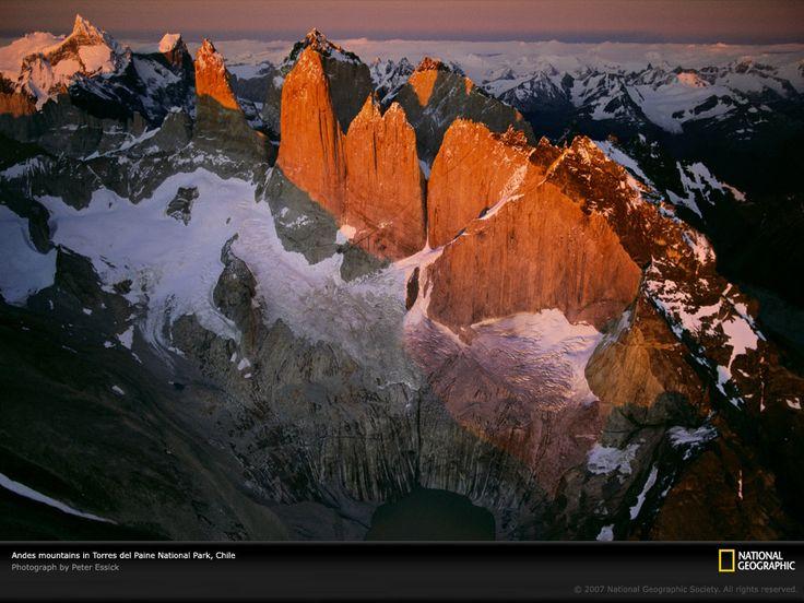 チリ、トーレス・デル・パイネ国立公園のアンデス山脈を上空からとらえた写真。南米の西海岸の端から端まで延びているアンデス山脈は、ナスカプレートが南アメリカのプレートの下に沈み込んだ際に形成された。
