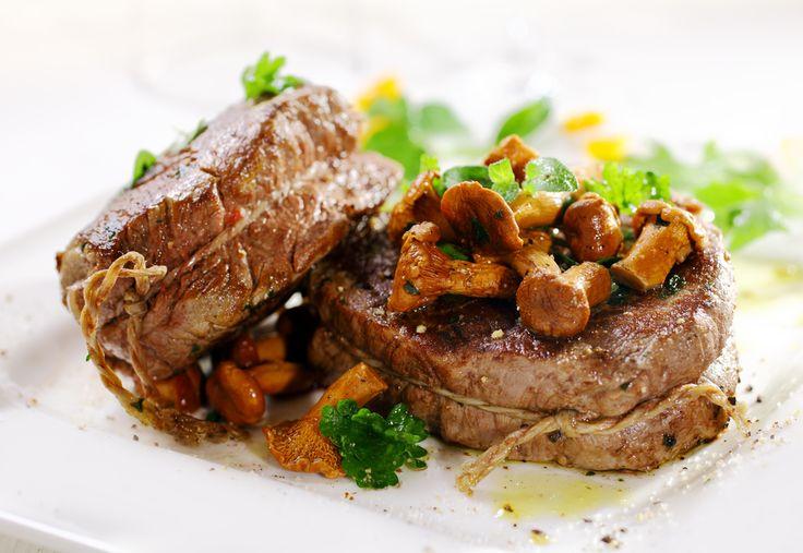 Este rico filete de res se cocina a fuego bajo en el horno y se acompaña de una rica salsa de champiñones.