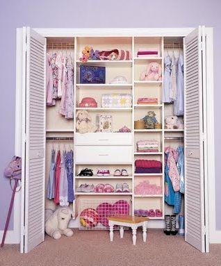 Después de elegir el estilo  y pintar la habitación juvenil  se debe pensar en la mueblería. Los closets  representan un mueble importante d...