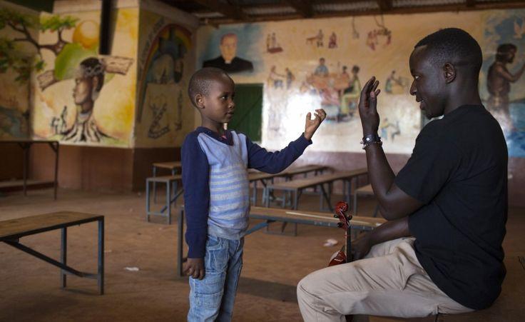 L'orchestra del ghetto. Immagini di giovani e bambini che frequentano lezioni di musica nella baraccopoli di Korogocho, a Nairobi, Kenya.  (Reuters/Siegfried Modola)