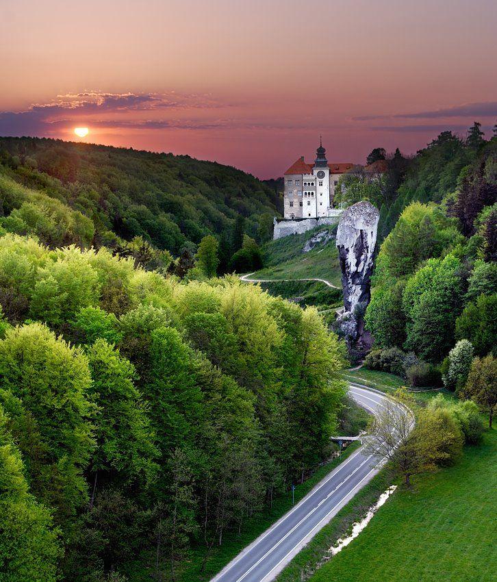 Sunset above the Pieskowa Skała Castle, Poland (by yossarian).