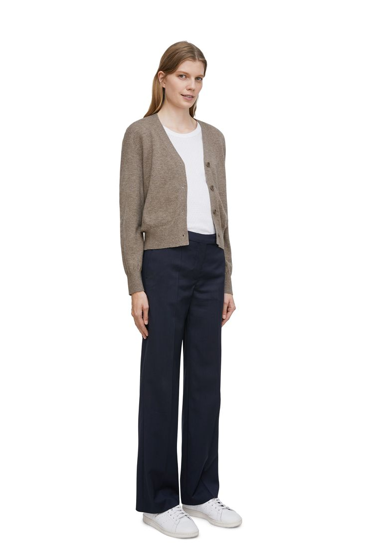 <p>Knitted in a plain knit, this V-neck cardigan is made of a soft and warm blend of wool and yak fibres. A regular fitted, slightly cropped style with a ti