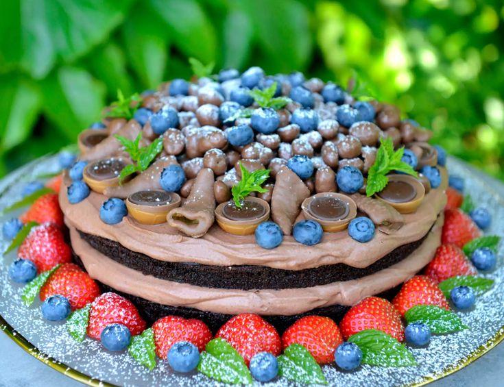 Denne kaken er virkelig en av de aller saftigste og beste sjokoladekakene jeg noen gang har smakt.  Sjokoladekaken er så saftig at den smelter i munnen, og sammen med fløyelsmyk sjokolademousse og friske bær er dette en kake som virkelig imponerer.