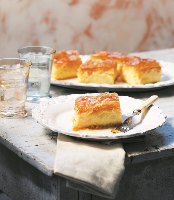 Παρά τις αμαρτωλές θερμίδες του, επιμένουμε να αγαπάμε αυτό το κλασικό ελληνικό γλυκό και να το απολαμβάνουμε όλο το χρόνο. Όταν μάλιστα τρώγεται χλιαρό είναι το ευ της γεύσης! #γαλακτομπούρεκο