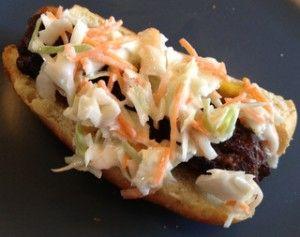 Grillede krydderhotdogs med coleslaw og oksekød…