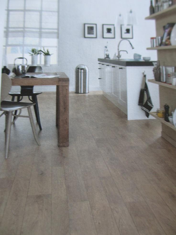houten vloer, witte onderkasten