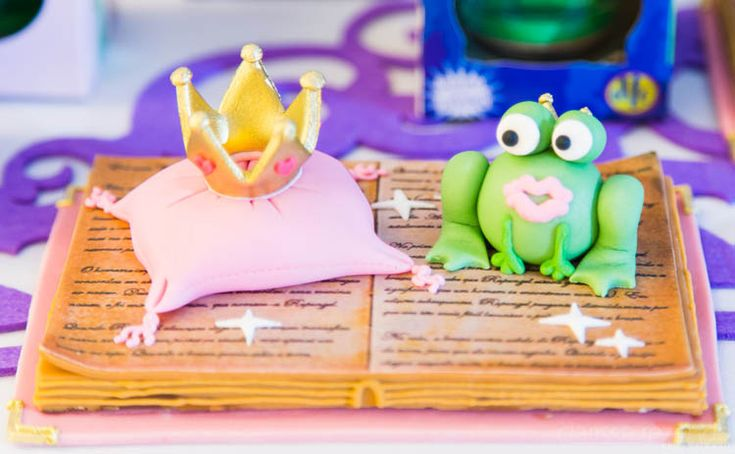 """The princess needs to kiss the frog for it to become a prince! This is the """"kiss the frog"""" corner in a pricess birthday party. Made out of chocolate and cookie.. beautiful and delicious! #birthday #princess #sweets #kissthefrog"""