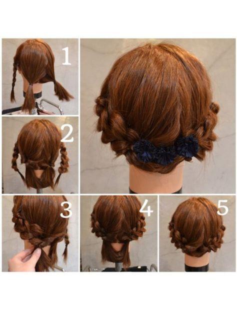 肩くらいのボブさんむけアレンジ ①両サイドの髪を三つ編みして、後しろはジグザグにわけて二つ結び ②三つ編みはおおきくくずして、後ろの髪はクルリンパ ③クルリンパしたとこに三つ編みの毛先をいれて、指で押さえてるところをゴムで結ぶ。反対側も同じにつくる。 ④残りの毛先を反対側のゴムのところでピンでとめる ⑤反対側の毛先もピンでとめる バレッタはつけにくいので、クリップタイプのアクセがつけやすいです後ろの分け目をジグザグにとると分け目の地肌がみえにくいです。 ボブさんは、ロングの方より難しいですが、頑張って挑戦してみてください
