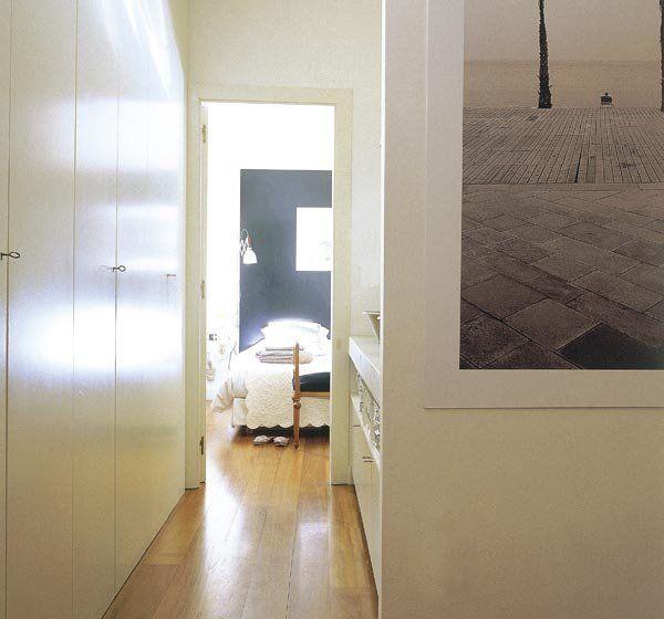 ¿Y por qué no? La cuestión es aprovechar al máximo el potencial de este espacio. Aquí, el pasillo que lleva al dormitorio se aprovecha como vestidor con armarios empotrados en un lado y, enfrente, una zona de lavabo abierta. Es una idea de la arquitecta Pilar Roger.