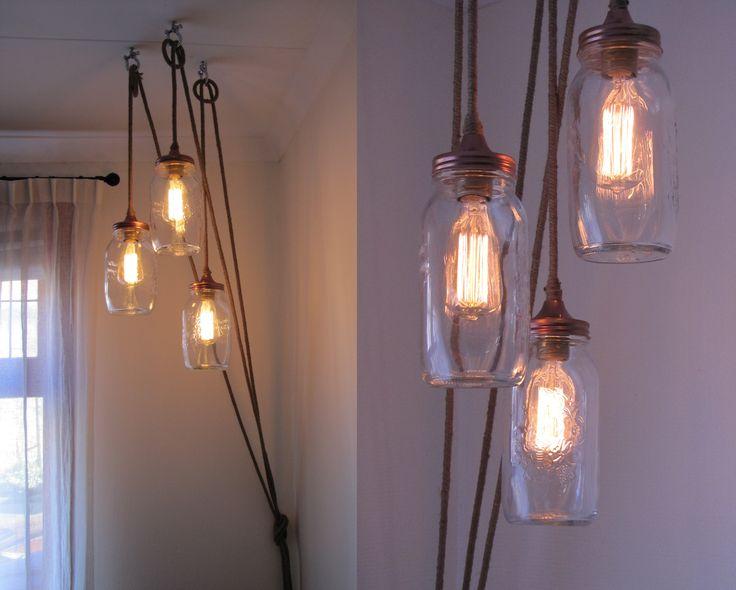 Klassieke kooldraad lamp in glazen potten aan snoer met grof jute touw er omheen gedraaid.