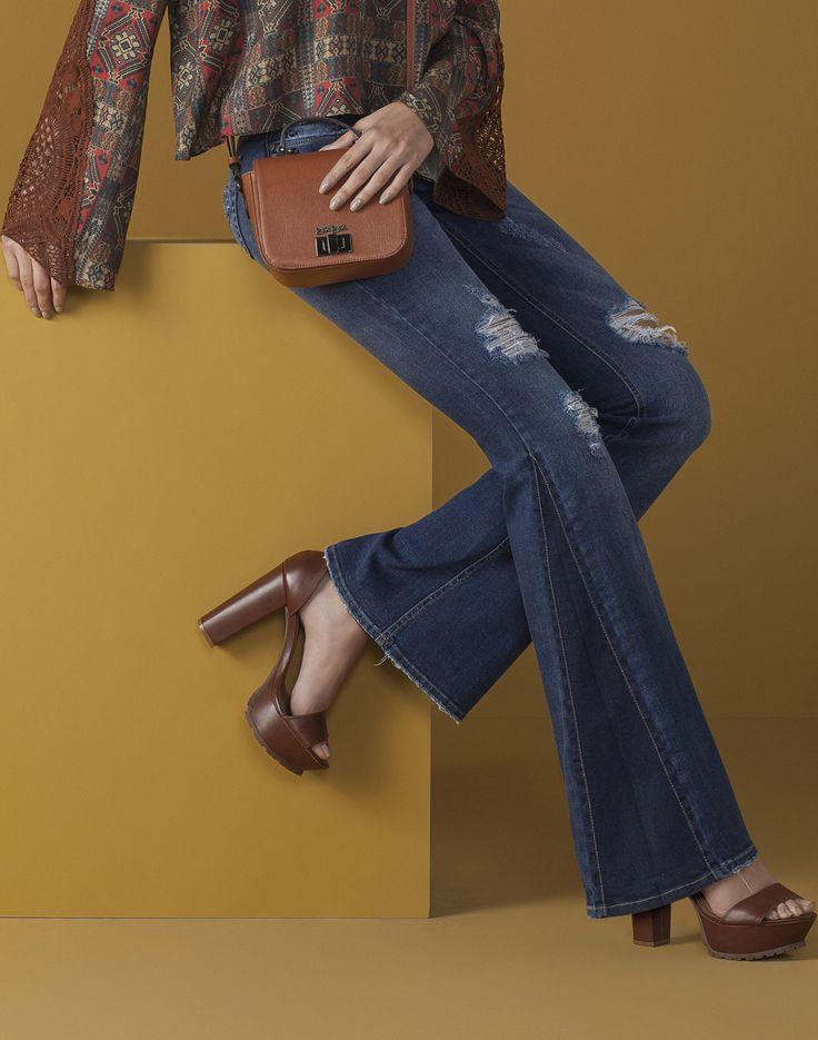 A calça flare é must have no closet das fashionistas e protagoniza looks estilosos com mood setentinha. O recorte na barra traz um ar moderno à produção, ideal para usar com tricô nos dias mais frios.