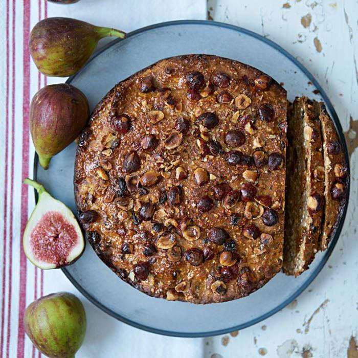 Runt bröd med hasselnötter och fikon