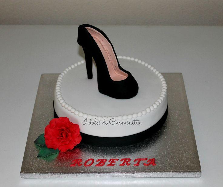 Torta con scarpa elegante e rosa rossa