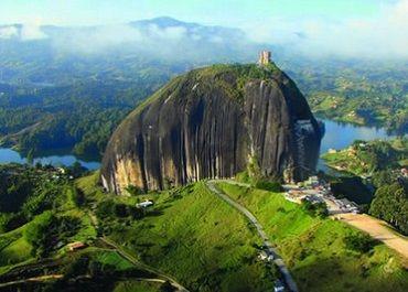 Colombia esta llena de lugares paradisíacos! Un Tour en el Peñol - Guatape es muy fácil de reservar.