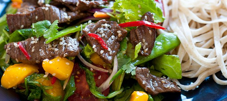 Du som tycker om de asiatiska smakerna kommer att älska den här fräscha salladen som innehåller hetta, sötma och den karaktäristiska fisksåsen.